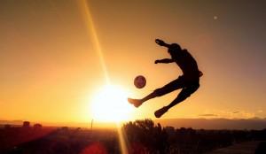 spille fodbold